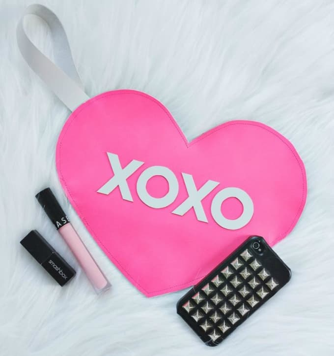 xoxo heart clutch