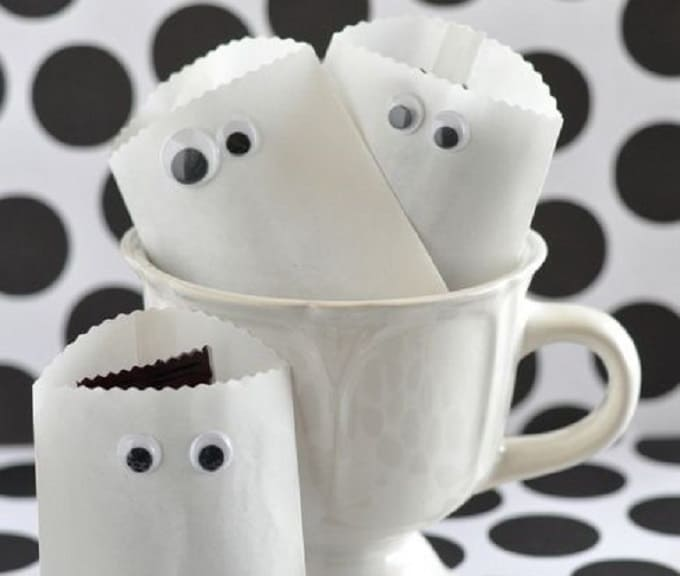Paper Ghost Favor Bags - Check out 34 other eye-catching goodie bag ideas that you can make for your next party. | Coolcrafts.com