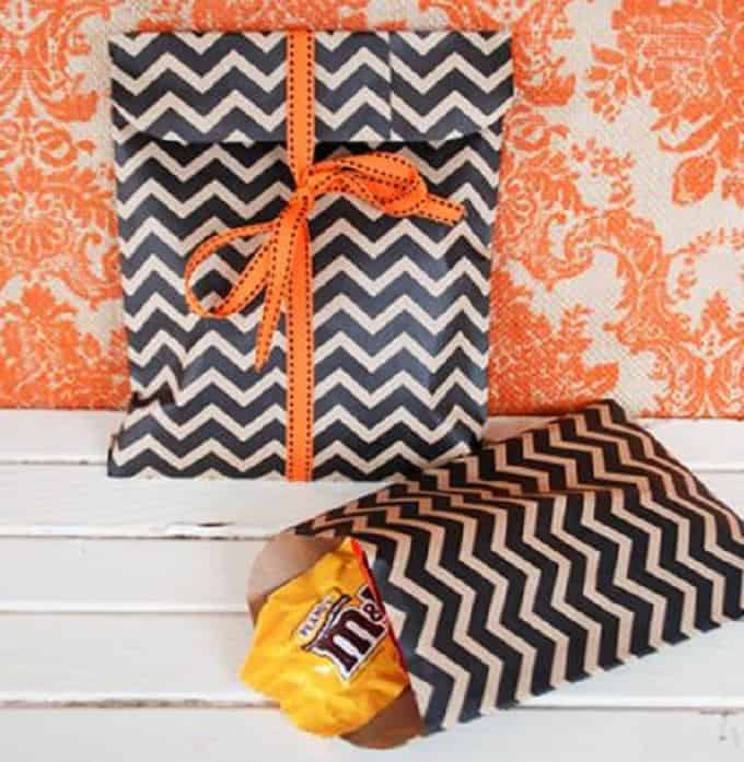 Halloween Treat Bags - Check out 34 other eye-catching goodie bag ideas that you can make for your next party. | Coolcrafts.com