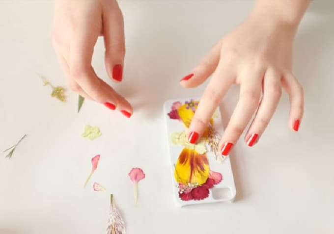 Pressed Flower Iphone Case - We compiled a list of 39 other DIY pressed flower ideas for you to make | Coolcrafts.com