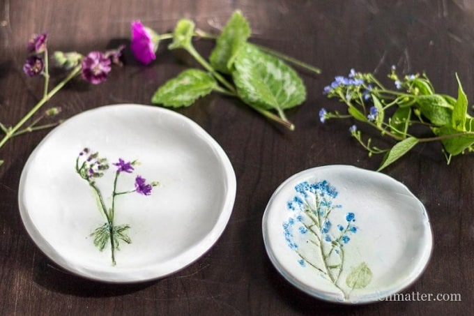 Pressed Flower Dishes - We compiled a list of 39 other DIY pressed flower ideas for you to make | Coolcrafts.com