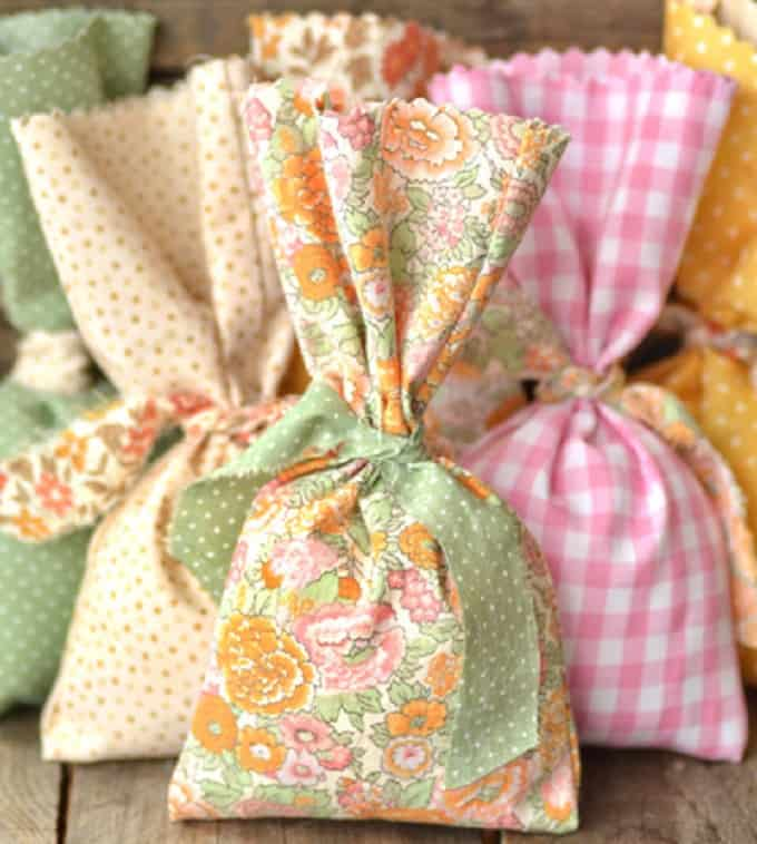 No-sew Party Favor Bags - Check out 34 other eye-catching goodie bag ideas that you can make for your next party. | Coolcrafts.com