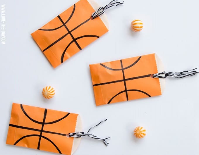 Basketball Party Favors - Check out 34 other eye-catching goodie bag ideas that you can make for your next party.   Coolcrafts.com