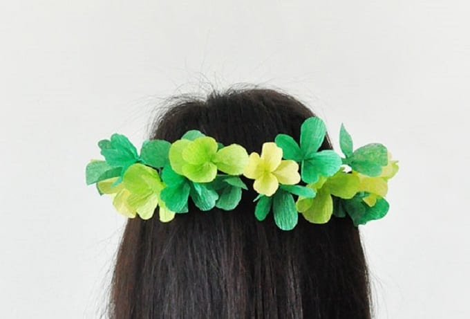 St. Patrick's Day Clover Crown -Check out our list of 39 other DIY crown and tiaras that you can create for your next party | Coolcrafts.com