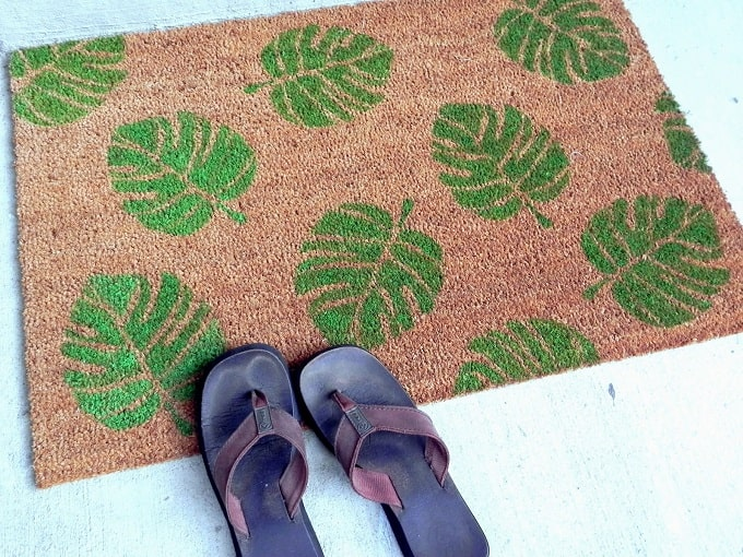Leaf Print Doormat - We compiled an eye-catching list of 30 DIY tropical leaf craft ideas for you try. | Coolcrafts.com