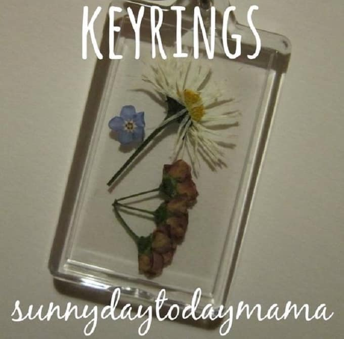 Key-rings Using Pressed Flowers - We compiled a list of 39 other DIY pressed flower ideas for you to make | Coolcrafts.com