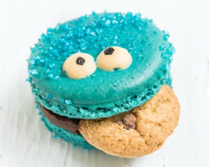 Cookie Monster macaron