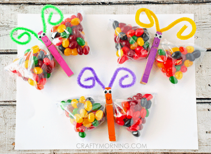 Jelly Bean Butterfly Treat Bags - Check out 34 other eye-catching goodie bag ideas that you can make for your next party. | Coolcrafts.com