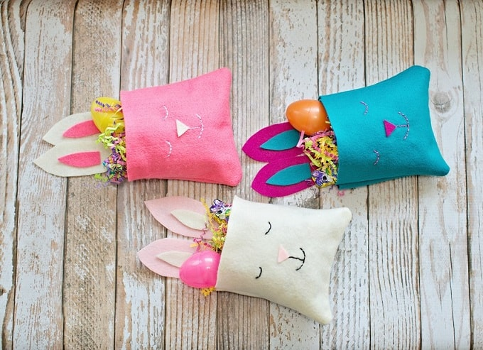 Felt Bunny Favor Bag - Check out 34 other eye-catching goodie bag ideas that you can make for your next party. | Coolcrafts.com