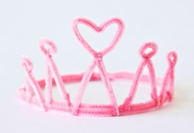 Pipe Cleaner Heart Tiara - Check out our list of 39 other DIY crown and tiaras that you can create for your next party | Coolcrafts.com