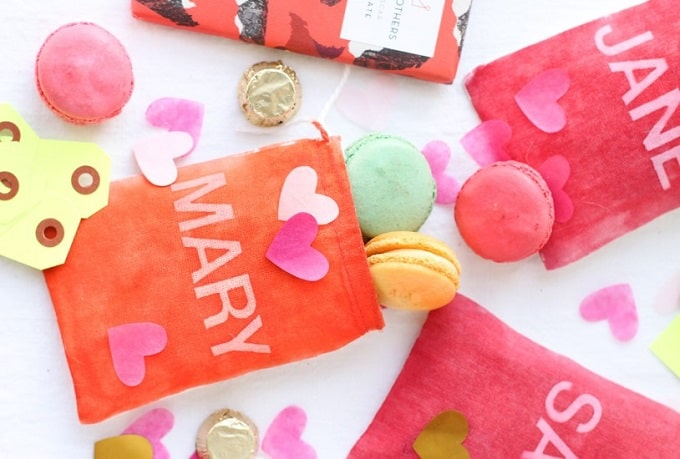 Valentines Day Favor Bags - Check out 34 other eye-catching goodie bag ideas that you can make for your next party. | Coolcrafts.com