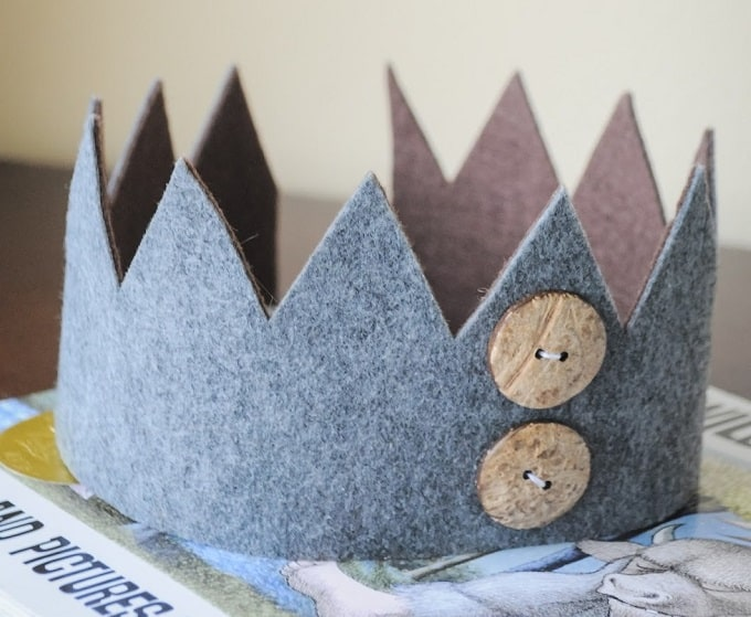 No Sew Felt Crown - Check out our list of 39 other DIY crown and tiaras that you can create for your next party | Coolcrafts.com
